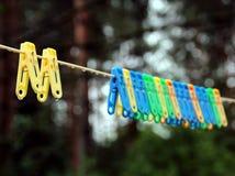 Pregadores de roupa coloridos brilhantes molhados após uma chuva Fotografia de Stock