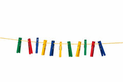 Pregadores de roupa coloridos na corda amarela Fotografia de Stock