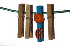 Pregadores de roupa de madeira que penduram em uma corda Foto de Stock Royalty Free