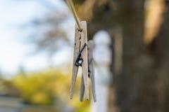 Pregadores de roupa de madeira resistidos na linha na luz do dia imagens de stock royalty free