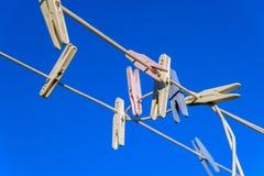 Pregadores de roupa em duas linhas isoladas contra o céu azul Foto de Stock Royalty Free