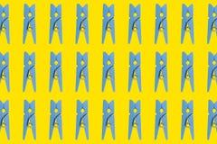 Pregadores de roupa de madeira azuis em um fundo amarelo coleção do Roupa-Peg Grupo de pregador de roupa colorido de madeira azul ilustração stock