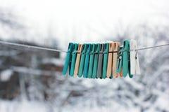 pregadores de roupa Multi-coloridos na rua Inverno imagem de stock royalty free