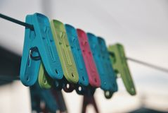 Pregadores de roupa Multicoloured na corda Imagens de Stock