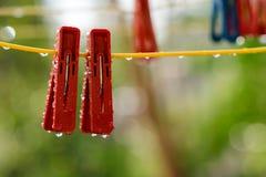 Pregadores de roupa na corda Fotografia de Stock