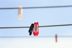 pregadores de roupa plásticos Multi-coloridos que penduram na corda sobre Imagens de Stock Royalty Free
