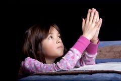 Pregando al dio ad ora di andare a letto. Fotografia Stock