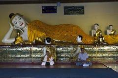Pregando al grande Buddha Fotografie Stock