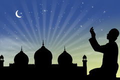 Pregando alla notte ramadan fotografia stock