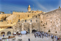 Pregando alla parete lamentantesi del ` del ` occidentale del tempio antico Gerusalemme Israele Fotografia Stock Libera da Diritti