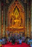 Pregando davanti all'immagine di Buddha Fotografie Stock Libere da Diritti