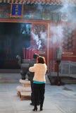 Pregando durante il festival di sorgente a Pechino, la Cina Fotografie Stock