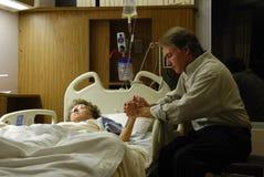 Pregando nell'ospedale Fotografie Stock