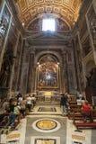 Pregando nella cattedrale Immagini Stock Libere da Diritti