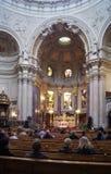 Pregando nella chiesa fotografia stock