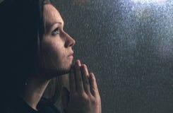 Pregando nella pioggia fotografia stock