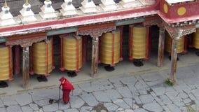 Pregando in tempio tibetian di budhist Fotografia Stock Libera da Diritti