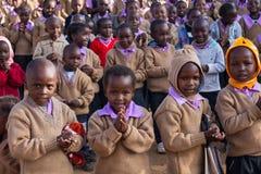 Pregare africano degli scolari fotografie stock