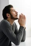 Pregare barbuto dell'uomo. Ritratto dell'uomo barbuto che prega al dio e Immagini Stock