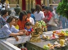 Pregare buddista della famiglia. Fotografia Stock