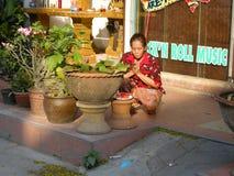 Pregare buddista di signora Immagini Stock Libere da Diritti