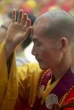 Pregare cinese del monaco buddista Fotografia Stock Libera da Diritti