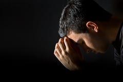 Pregare dell'uomo Fotografia Stock