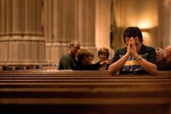 Pregare dell'uomo Fotografie Stock Libere da Diritti