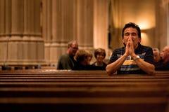 Pregare dell'uomo fotografie stock