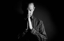 Pregare dell'uomo Immagini Stock