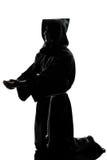 Pregare della siluetta del sacerdote del monaco dell'uomo Fotografia Stock Libera da Diritti