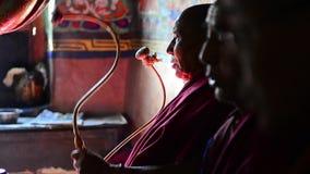 Pregare delle lame e dei monaci buddisti stock footage