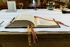 Pregare il libro sull'altare in una chiesa prima di nozze ha messo a fuoco sulla bibbia Fotografie Stock