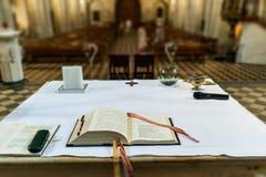 Pregare il libro sull'altare in una chiesa prima di nozze ha messo a fuoco sulla bibbia Fotografie Stock Libere da Diritti