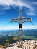 Pregare l'incrocio della sommità sull'alta montagna rocciosa Croce artistica d'acciaio sopra la montagna alpina Immagini Stock Libere da Diritti