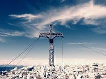 Pregare l'incrocio della sommità sull'alta montagna rocciosa Croce artistica d'acciaio sopra la montagna alpina Fotografie Stock Libere da Diritti