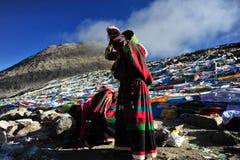 Pregare la donna di Tibetant in montagna Kalas Fotografie Stock Libere da Diritti