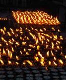 Pregare le candele che bruciano nello scuro allo stupa di Boudhanath, Kathmandu, Nepal immagini stock libere da diritti
