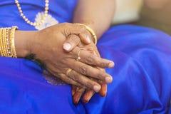 Pregare le mani nel matrimonio dell'India Immagini Stock Libere da Diritti