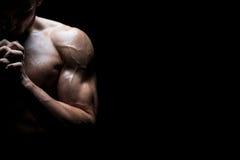 Pregare muscolare dell'uomo Fotografia Stock Libera da Diritti
