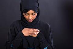 Pregare musulmano della donna Immagine Stock