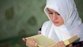 Pregare musulmano della ragazza stock footage