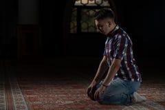 Pregare musulmano religioso dell'uomo Fotografie Stock