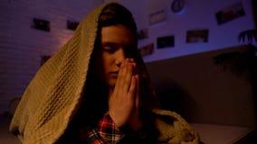 Pregare religioso coperto di coperta, credenza in dio, settarismo dell'adolescente fotografia stock libera da diritti