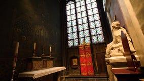 Pregare statua e vetro macchiato maschii nella cattedrale Parigi di Notre-Dame stock footage