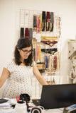 Pregenant kvinna som orking i kläderlager Fotografering för Bildbyråer