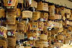 Preghi firmano dentro il tempio del Giappone Immagini Stock Libere da Diritti