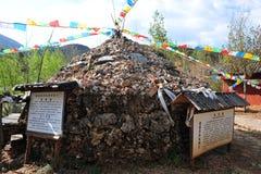 Preghi la bandiera, villaggio di minoranza etnica Immagine Stock