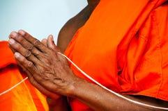 Preghi, un le palme delle mani nel saluto, i monaci, tha Fotografia Stock