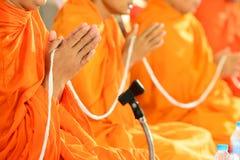 Preghi, un le palme delle mani nel saluto, monaci Immagine Stock